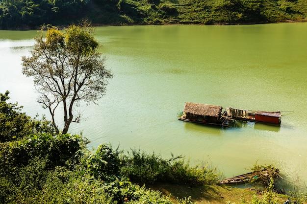 Wietnamska łódź domowa na wodzie