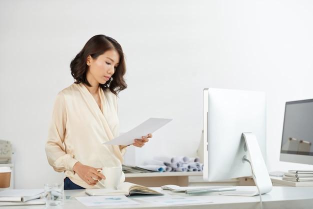 Wietnamski bizneswoman sprawdza dokument
