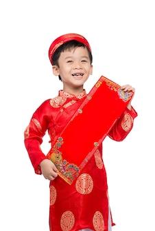 Wietnamski chłopiec gratulujący nowego roku. szczęśliwego nowego roku księżycowego. tekst oznacza szczęście i szczęście