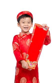 Wietnamski chłopiec gratulujący nowego roku. szczęśliwego nowego roku księżycowego.