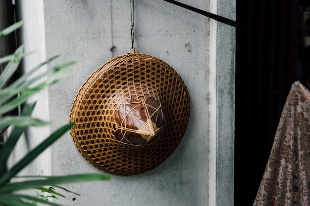 Wietnamski kapelusz wisi na ścianie