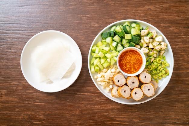 Wietnamski klopsik wieprzowy z okładami warzywnymi (nam-neaung lub nham due), wietnamska tradycyjna kultura kulinarna