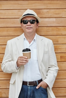 Wietnamski mężczyzna z kawą na wynos