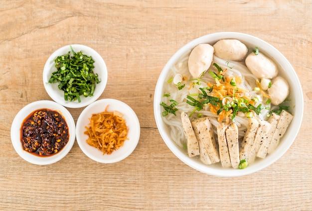 Wietnamskie kluski (pho)