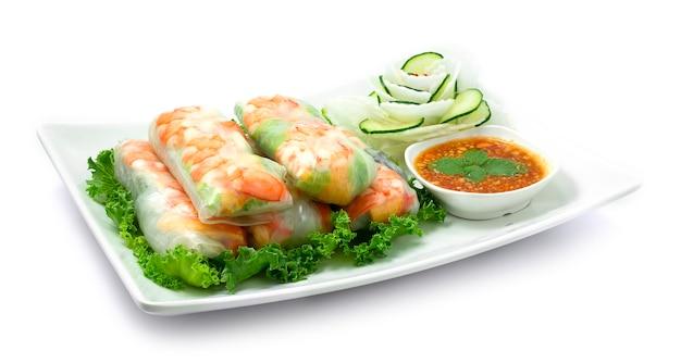 Wietnamskie krewetki sajgonki ze świeżymi warzywami goi cuon