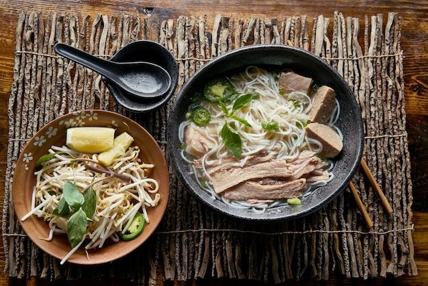 Wietnamskie pho z mostkiem wołowym w kompozycji flat lay