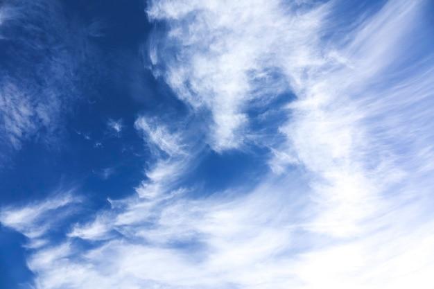 Wietrzne niebo i chmury w tle