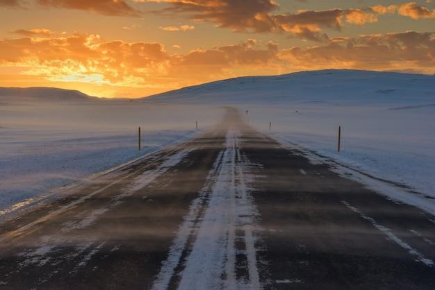 Wietrznie i śnieżnie na drogach islandii