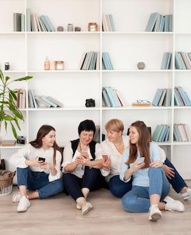 Więź grupa kobiet patrzeje telefon