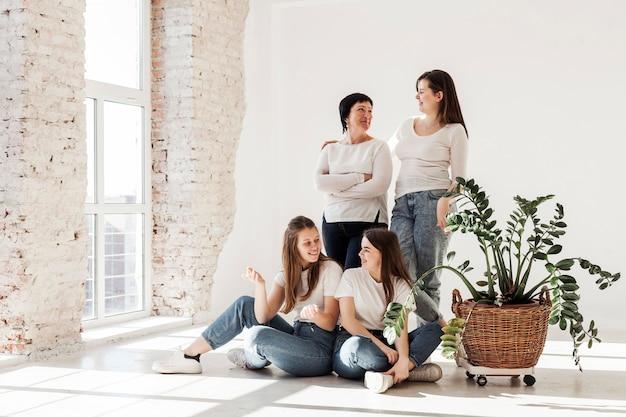 Więź grupy kobiet długi widok