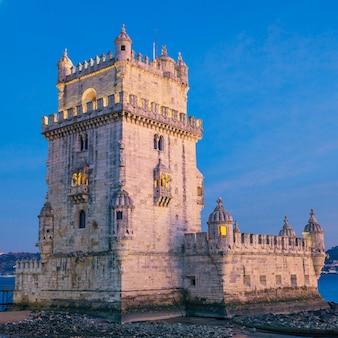 Wieża belem o zachodzie słońca - lizbona, portugalia