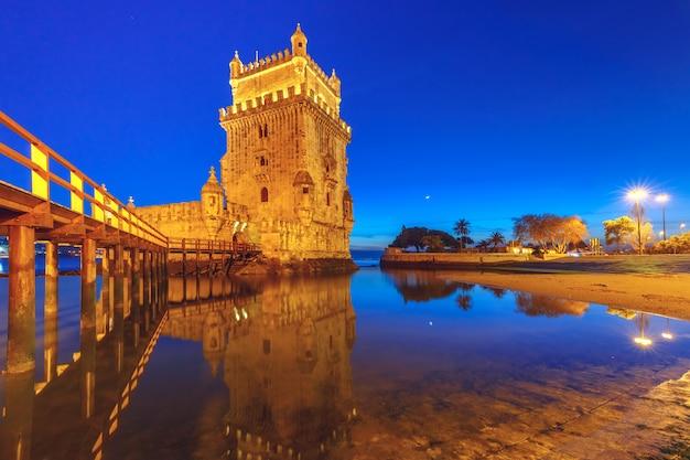 Wieża belem w lizbonie w nocy, portugalia