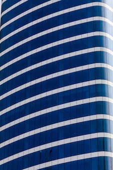 Wieża burj khalifa. ten drapacz chmur to najwyższa sztuczna konstrukcja na świecie, mierząca 828 m. ukończony w 2009 roku.