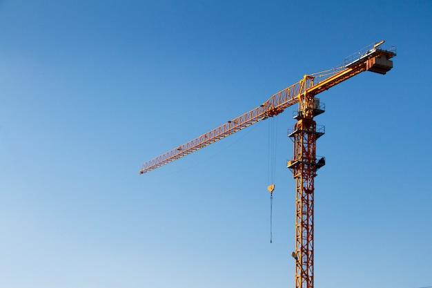 Wieża dźwigu budowlanego o