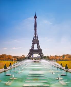 Wieża eiffla i fontanny trocadero w paryżu