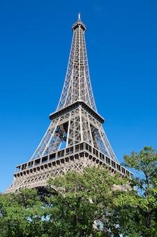 Wieża eiffla latem, paryż, francja.