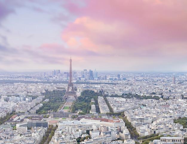 Wieża eiffla o zachodzie słońca i widok na paryż tworzą montparnasse. zachód słońca romantyczne tło.