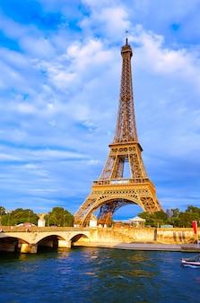 Wieża eiffla o zachodzie słońca paryż francja