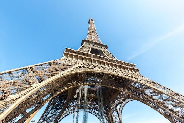 Wieża eiffla paryż lato
