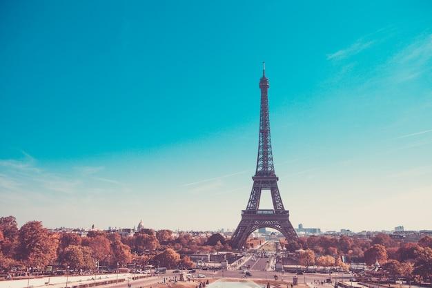 Wieża eiffla, symbol paryża, francja. paryż najlepsze miejsca w europie