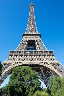 Wieża eiffla w błękitne niebo, paryż, francja.