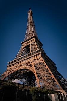 Wieża eiffla w centrum paryża