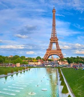 Wieża eiffla w jasne popołudnie w sprin, paryż, francja