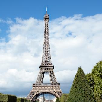 Wieża eiffla w odległym krajobrazie