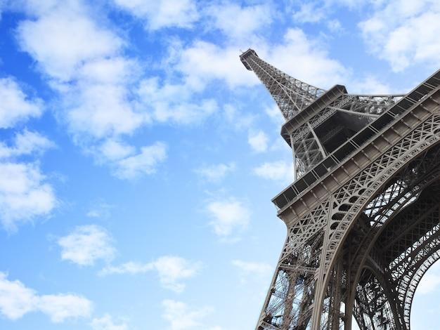 Wieża eiffla w paryżu, francja. kompozycja copyspce, ujęcie pod kątem