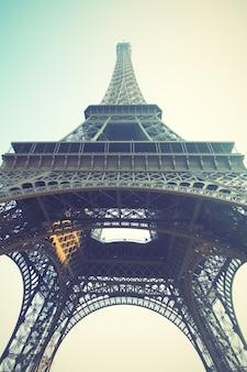Wieża eiffla w paryżu, francja. obraz w stylu retro