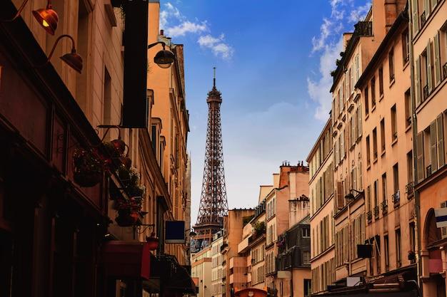 Wieża eiffla w paryżu od invalides francja