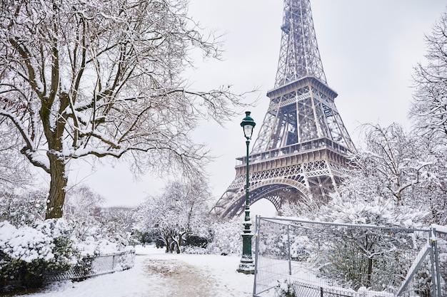 Wieża eiffla w paryżu pod śniegiem