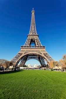 Wieża eiffla w paryżu z pięknymi kolorami jesienią