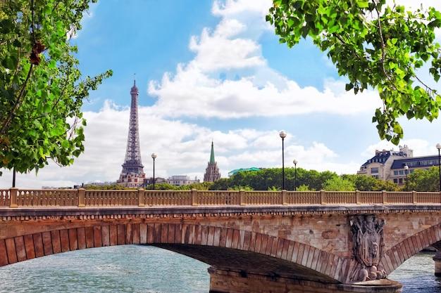 Wieża eiffla - widok z nabrzeża sekwany.paryż francja