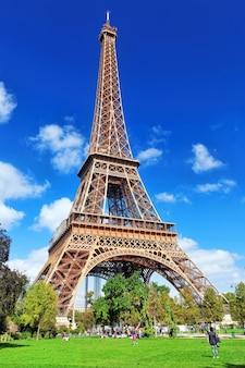 Wieża eiffla – widok z pól marsowych.paryż, francja