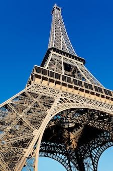 Wieża eiffla z błękitnym niebem w paryżu