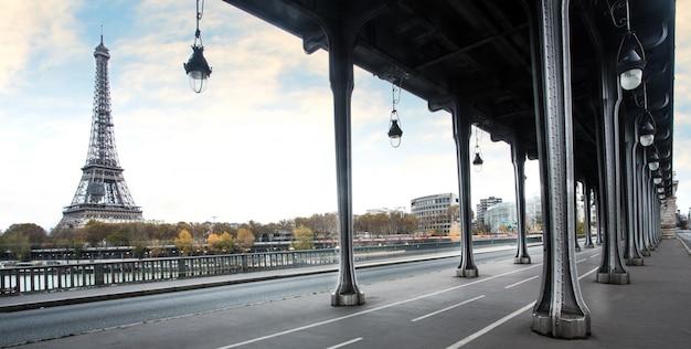 Wieża eifla i bir hakeim most w paryż, francja