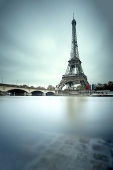 Wieża eifla i wonton rzeka w paryż, francja