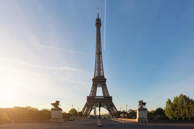 Wieża eifla przy paryż od rzecznego wontonu w ranku. paryż, francja.