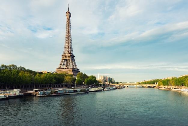 Wieża eifla w paryż od rzecznego wontonu w wiosna sezonie. paryż, francja.