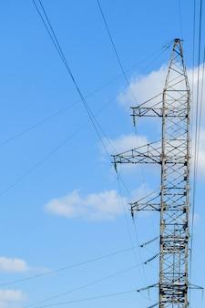 Wieża elektryczna wysokiego napięcia. słup wysokiego napięcia lub koncepcja zasilania wieży wysokiego napięcia.