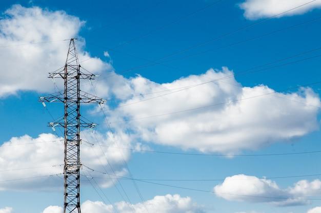 Wieża elektryczna wysokiego napięcia. słup wysokiego napięcia lub wieża wysokiego napięcia koncepcja zasilania