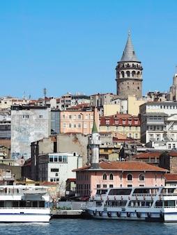 Wieża galata, słynny punkt orientacyjny z różnymi tureckimi budynkami wokół cieśniny bosfor w stambule.