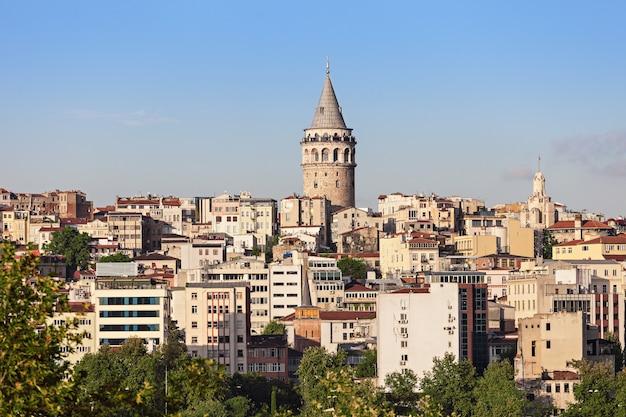 Wieża galata to średniowieczna kamienna wieża w stambule w turcji