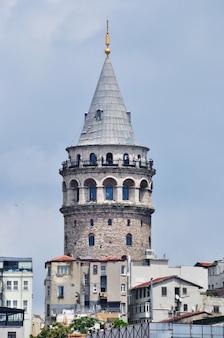 Wieża galata w stambule. ludzie na tarasie widokowym. stambuł, turcja 10 lipca 2021
