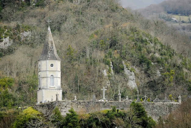 Wieża kaplicy znajdująca się na starożytnym cmentarzu w południowej francji