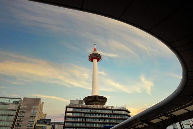 Wieża kioto w różnym czasie w japonii