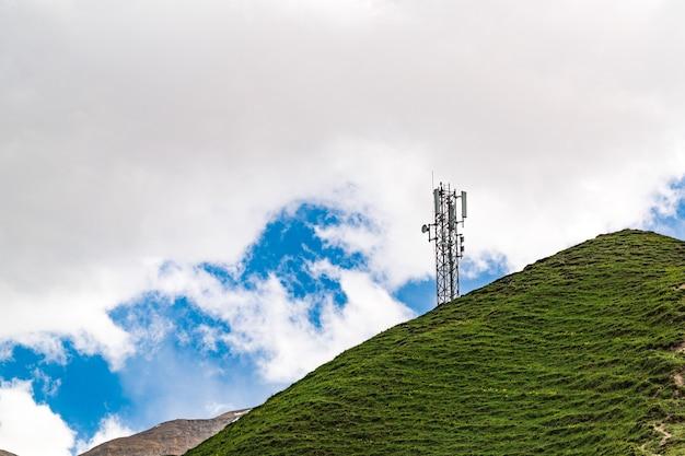 Wieża komórkowa 5g na szczycie wzgórza