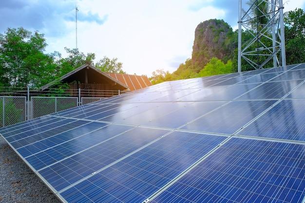 Wieża komunikacyjna i panele słoneczne