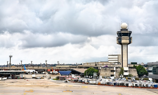 Wieża kontroli lotów na lotnisku guarulhos w sao paulo